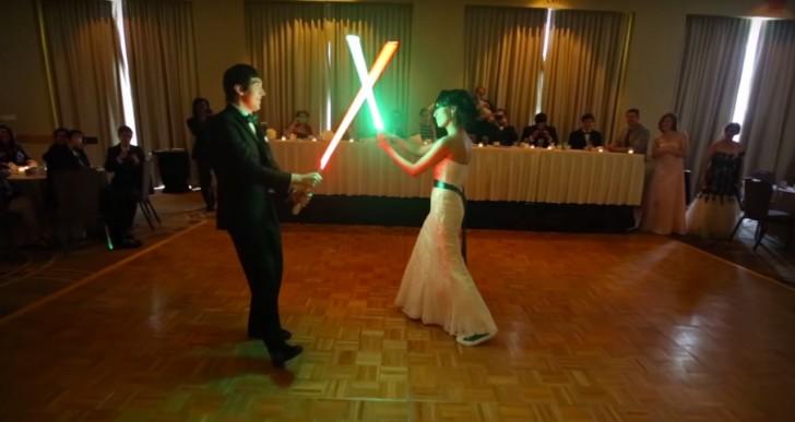 Esta pareja prefiere una lucha al estilo Star Wars para su boda