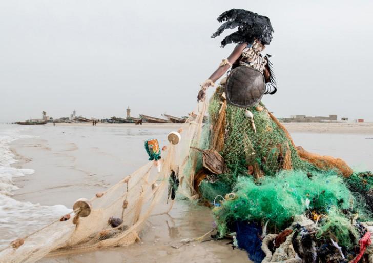 Los seres en estas escalofriantes fotos están hechos con desperdicios