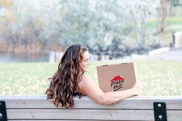 Nadie ama tanto a la pizza como esta chica y su romántica sesión de fotos
