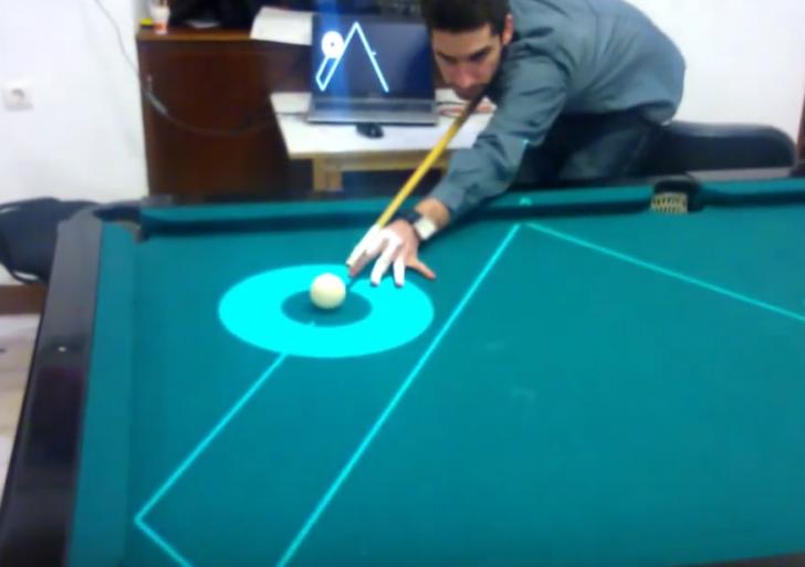 Esta innovadora mesa de billar te enseña a dónde irá tu bola