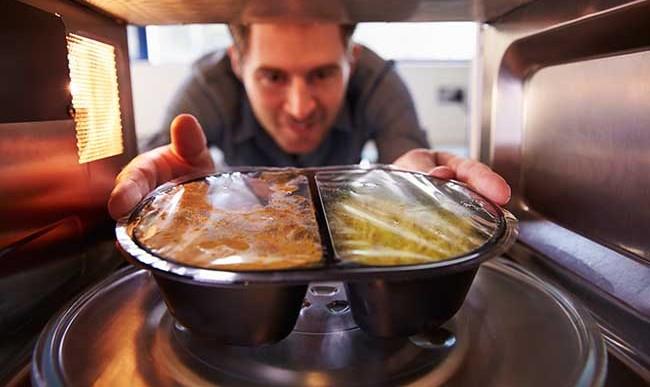¿Es seguro calentar alimentos envueltos con plástico?
