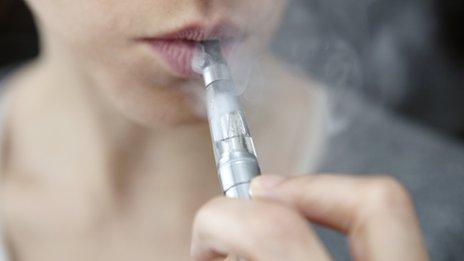 Los cigarros electrónicos tienen un riesgo oculto que debes conocer