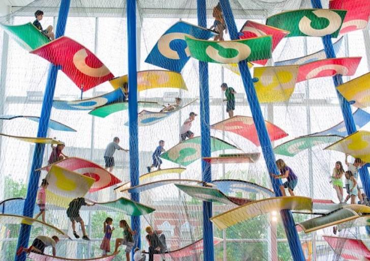 Vas a querer ser niño de nuevo para jugar en estos playgrounds flotantes