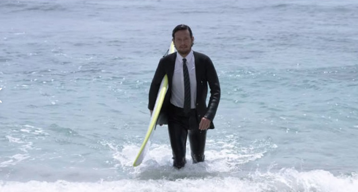 Sumérgete en el agua con este «traje» tipo esmoquin