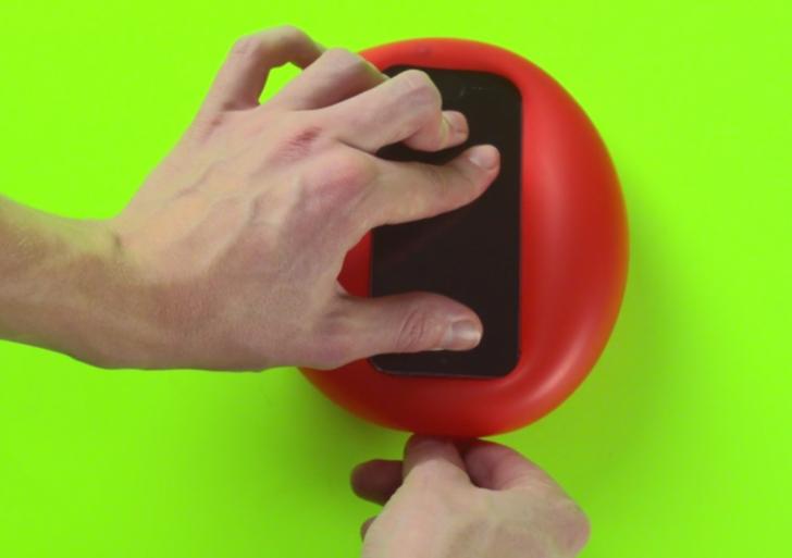 Mira cómo proteger tu celular con nada más que un globo