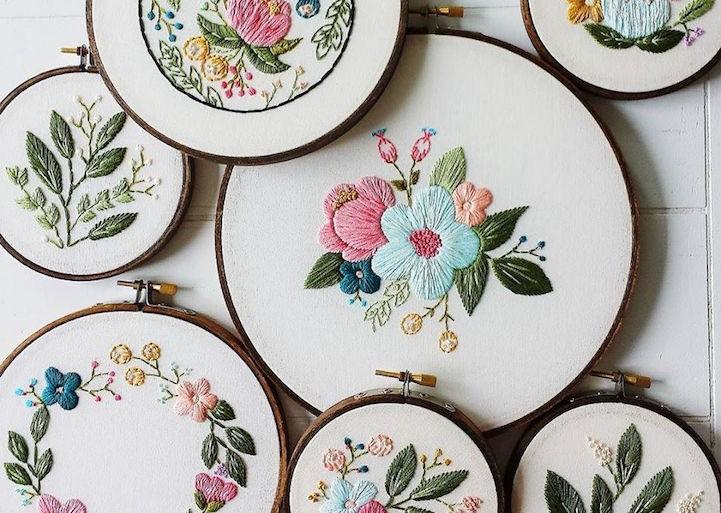 Las delicadas flores bordadas de Caitlin Benson