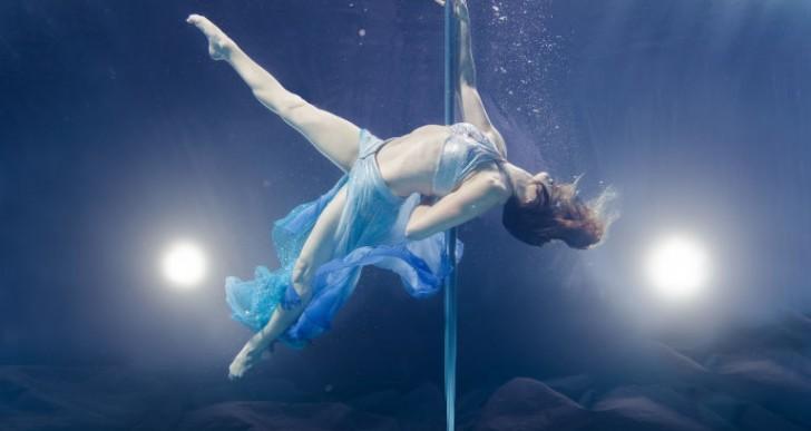 Elegantes fotos de mujeres haciendo pole-dance debajo del agua