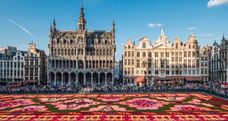 Espectacular alfombra gigante hecha de 700,000 pétalos de flores