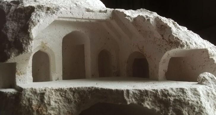 Estructuras arquitectónicas esculpidas en piedras en bruto