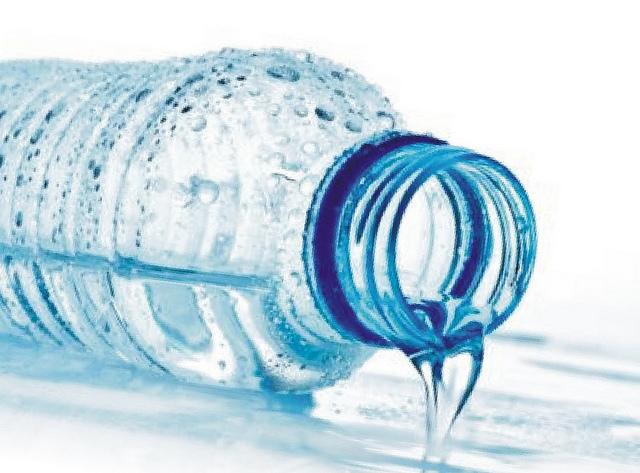Esto es lo que te pasa si bebes un galón de agua diario por un mes