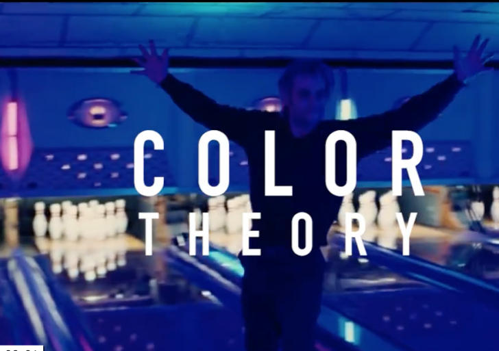 Este video divide películas populares por sus colores
