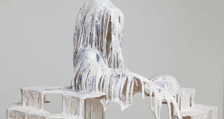 Figuras humanas escalofriantes aparecen en las esculturas de Diana Al-Hadid