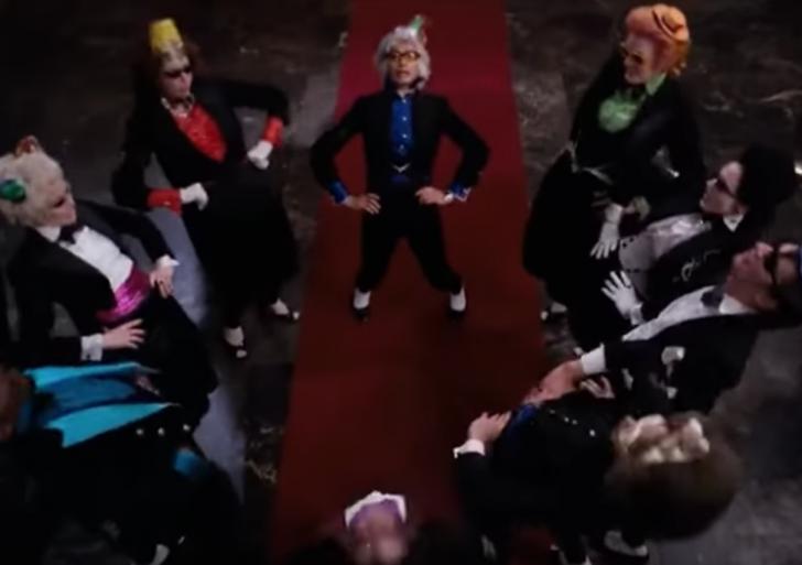 Gente en el cine bailando, pero con la Macarena en el fondo