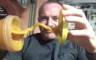 Observa en este video cómo se comporta la miel sin gravedad