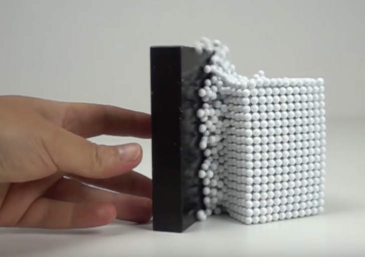 Esto es lo que pasa cuando juntas miles de bolas magnéticas con un gran imán