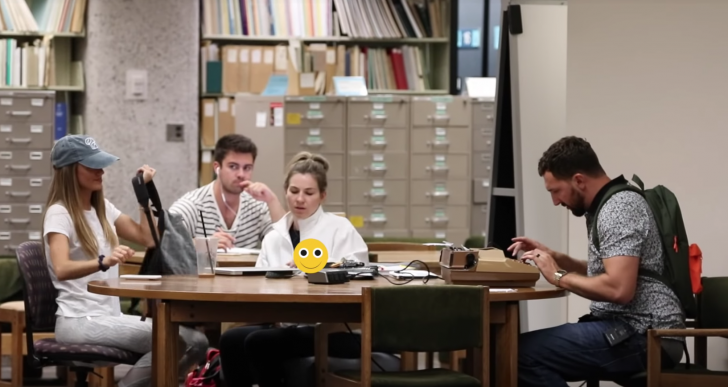 La biblioteca al parecer no es un lugar para llevar tu máquina de escribir