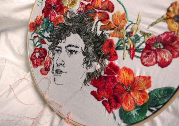 Patrones geométricos texturizados adornan estos retratos bordados