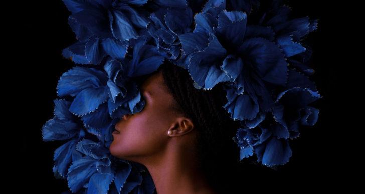 Flores envuelven figuras femeninas solitarias en las fotos de Fares Micue