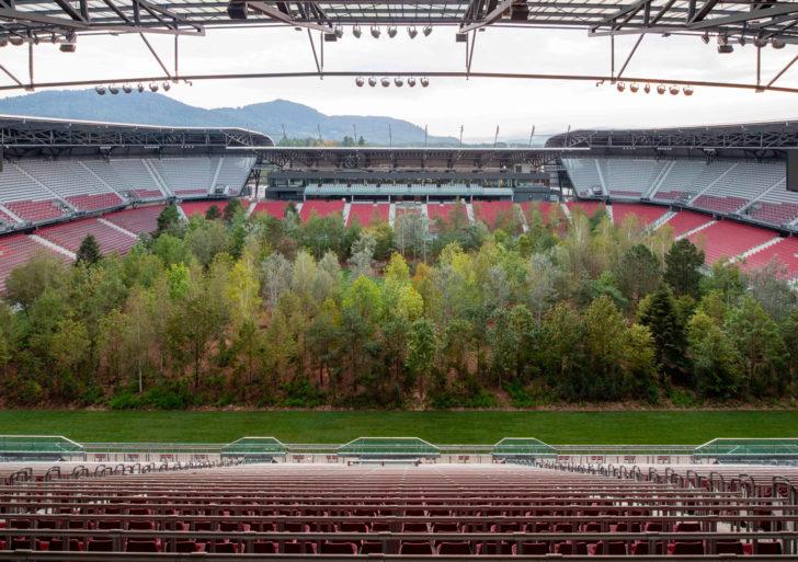 Este artista metió un bosque temporal en un estadio