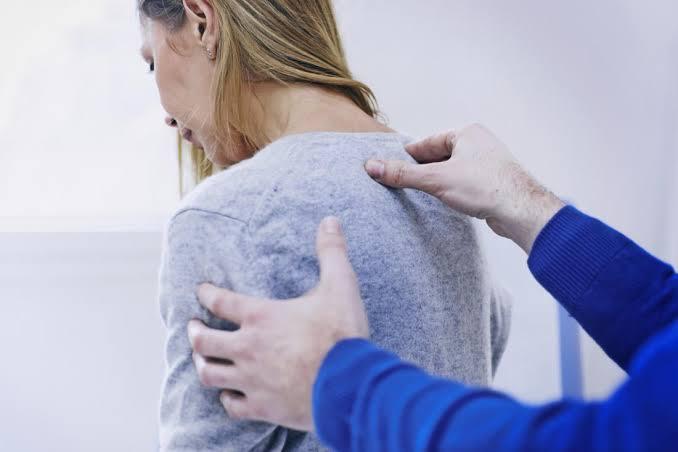 Cómo aliviar el dolor de la espalda superior