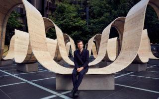 Este artista creó una enorme banca que parece un listón de madera