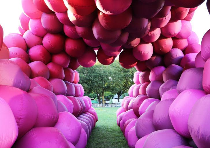 Estas instalaciones están hechas de tubos y esferas rosas enormes