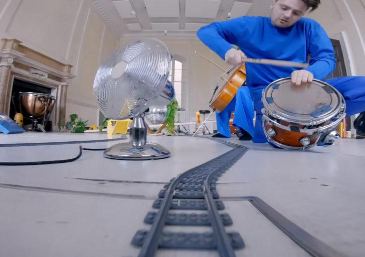 Este video musical es una sola toma grabada sobre un tren de juguete