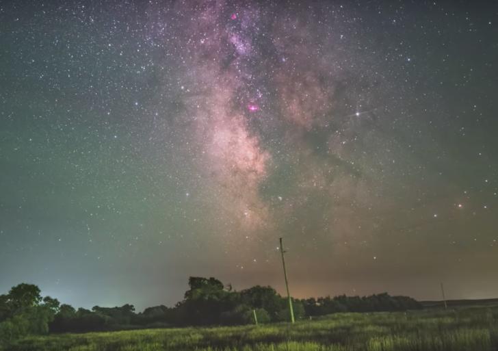 Este timelapse de la Vía Láctea muestra el cielo quieto y el suelo moviéndose