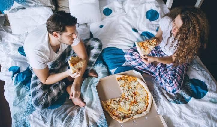 ¿Es malo para tu salud comer antes de dormir?