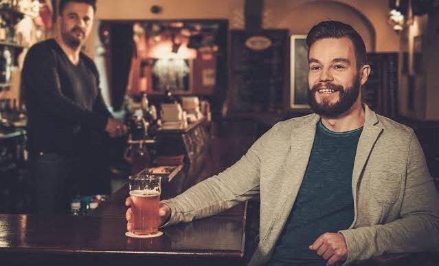 El encanto inesperado de ir solo a un bar