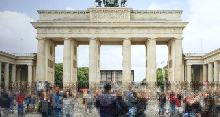 Esta fotos bordadas imitan la división causada por el muro de Berlín