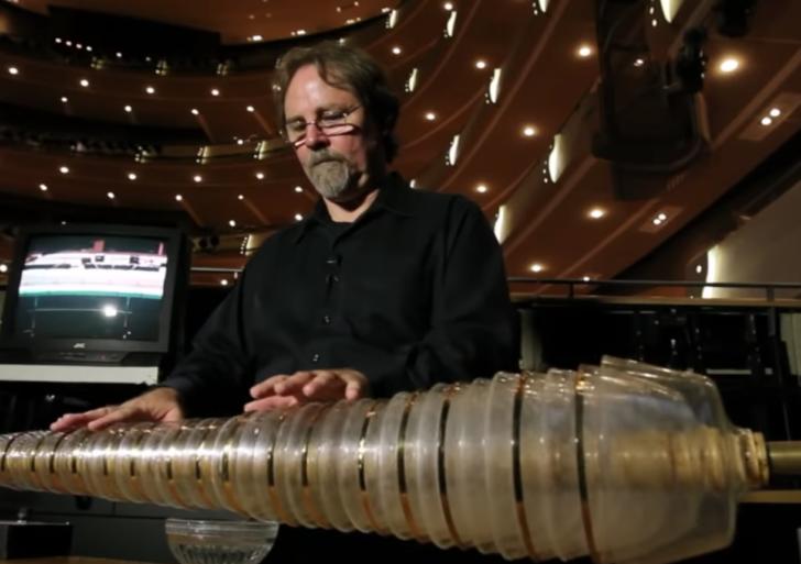 Esta persona convirtió copas de vino en un instrumento musical