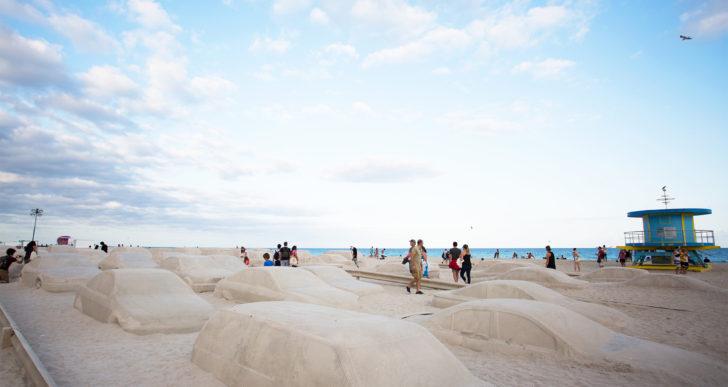 Tráfico en la playa por Leandro Erlich
