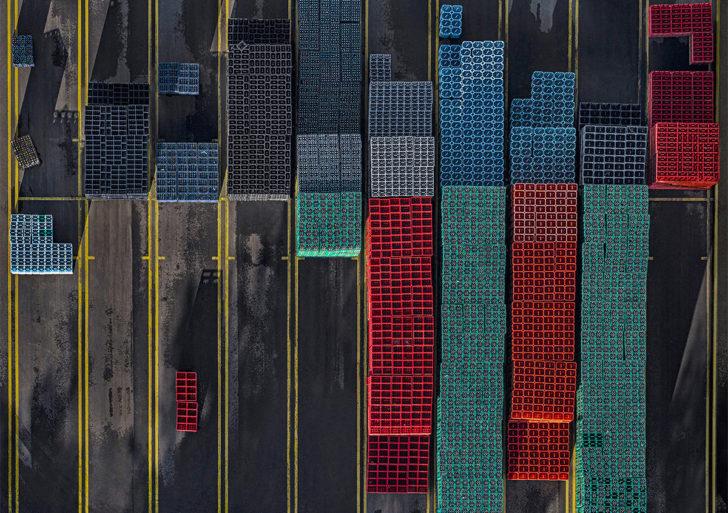 Fotos aéreas de cajas de colores por Bernhard Lang