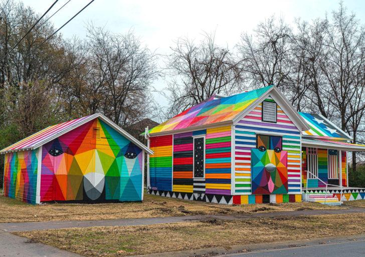 Bloques de colores y figuras geométricas transforman áreas descuidadas