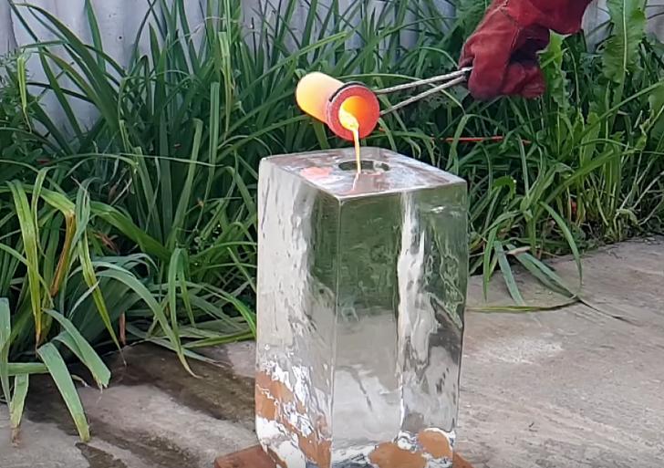 ¿Qué pasa cuando viertes metal fundido en un bloque de hielo?