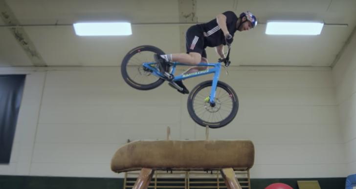Mira cómo este ciclista convierte un gimnasio en un parque de diversiones