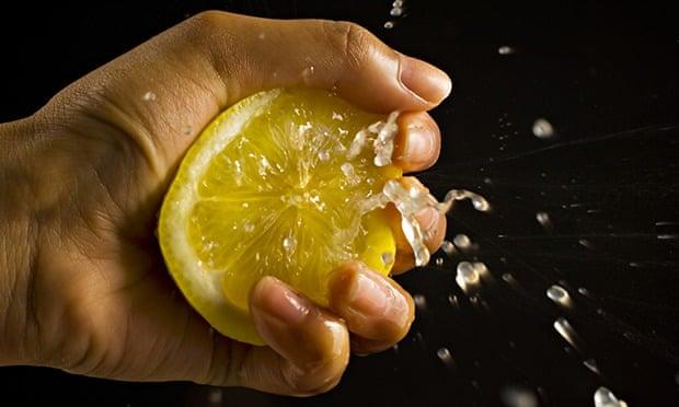 Esta es la manera correcta para exprimir un limón