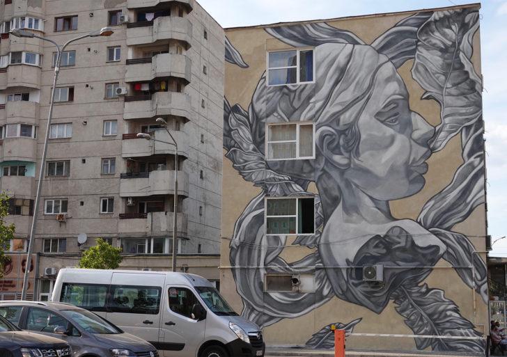 Murales ilustrativos en tonos grises por Paola Delfín