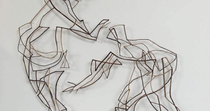 Chris Kenny usa ramas para crear pequeñas figuras danzantes