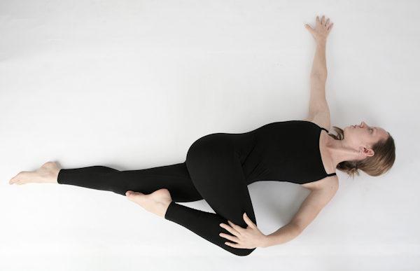 4 poses de yoga que te ayudarán a dormir mejor