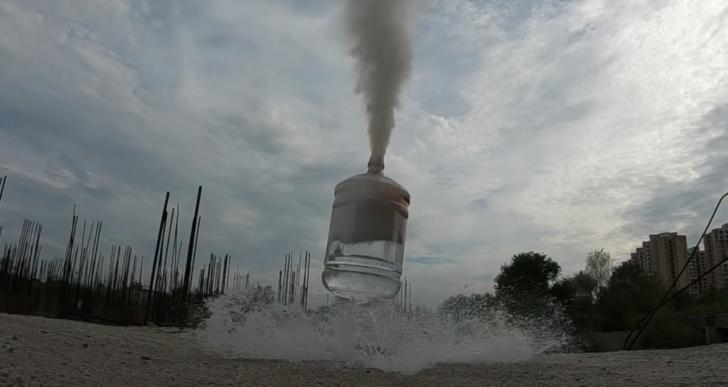 Esto es lo que pasa cuando metes sodio metálico dentro de agua