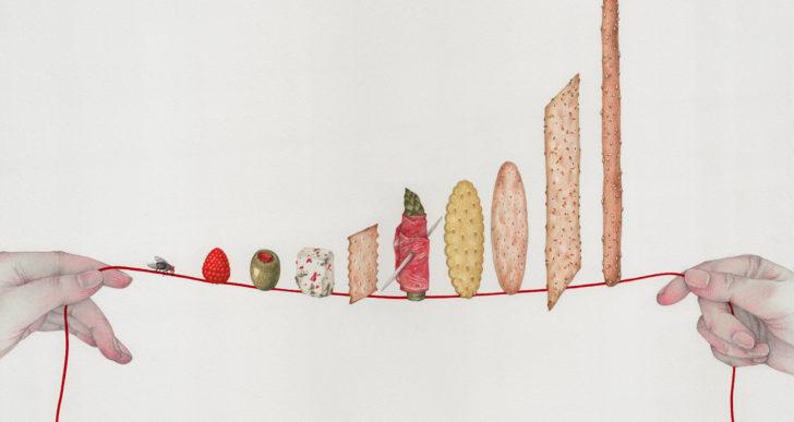 Fragiles composiciones de objetos colgando de un hilo por Vicki Ling