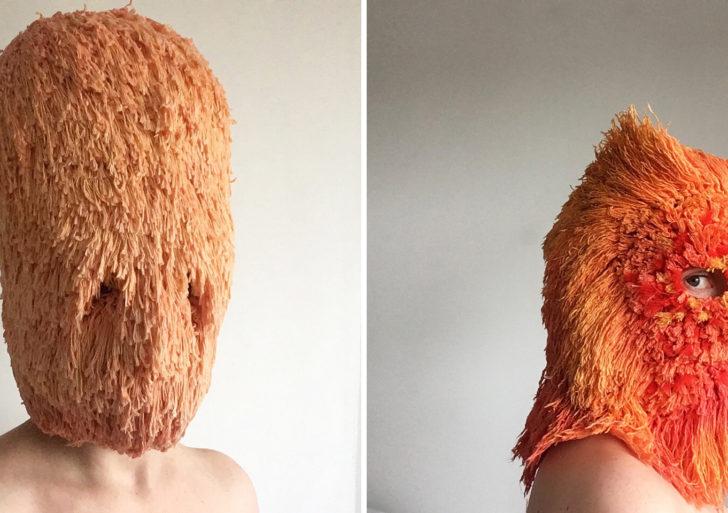 Máscaras tejidas cuentan historias de la vida privada y la pública