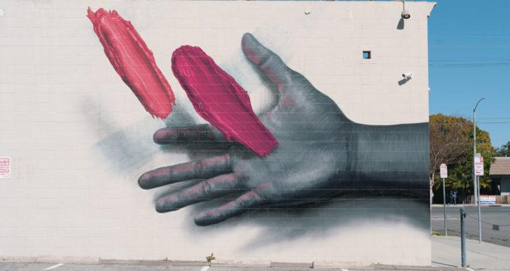 Pinceladas gruesas flotan sobre estos murales monocromáticos