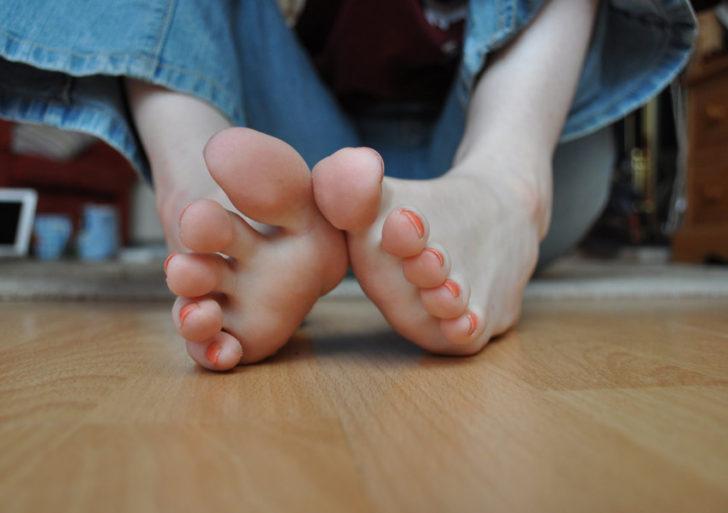 Si te duelen los pies por estar mucho en casa, usa calzado para interior