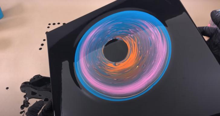 Hipnotizante técnica del «hoyo negro» con acrílicos