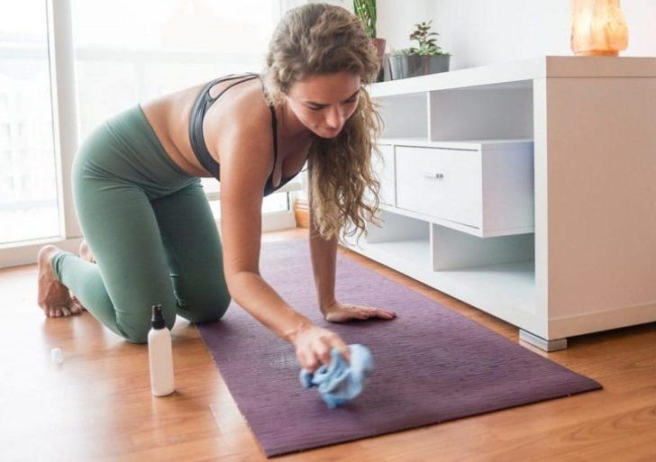 Cómo desinfectar y limpiar tu tapete de yoga correctamente