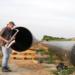 Este saxofonista aprovecha el eco de este largo tubo