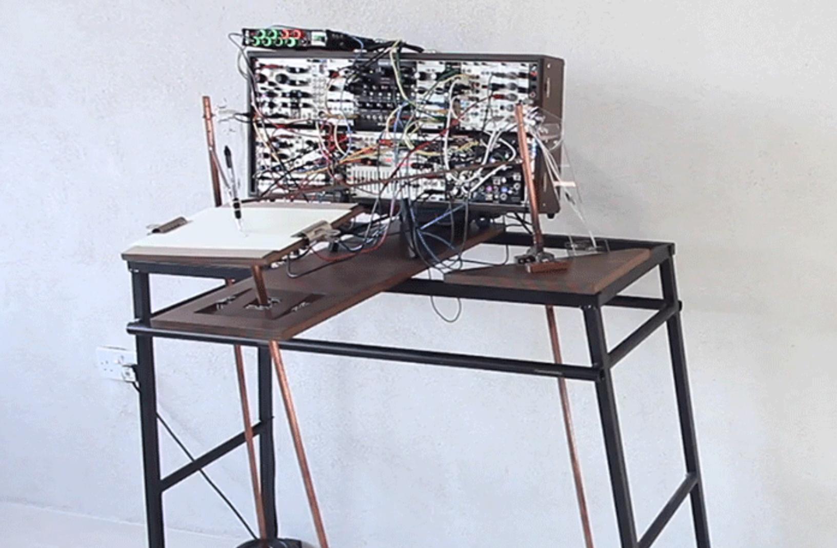 Esta máquina dibuja al ritmo de la música que reproduce